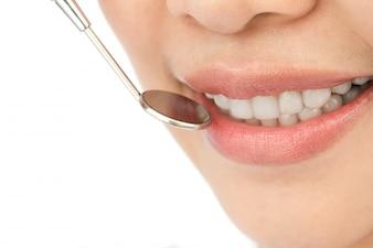 Close-up da mulher em um check-up dentário