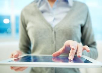 Close-up da mulher segurando um tablet