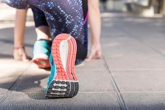 Close-up da pessoa pronto para começar a correr