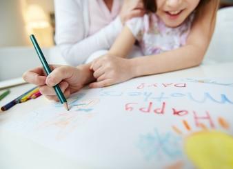 Close-up da pintura menina com um lápis