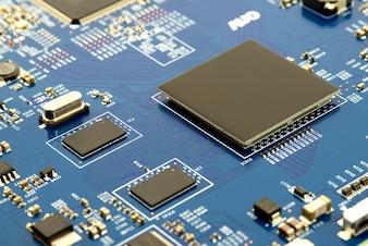 Close-up da placa de circuito eletrônico com fundo do processador