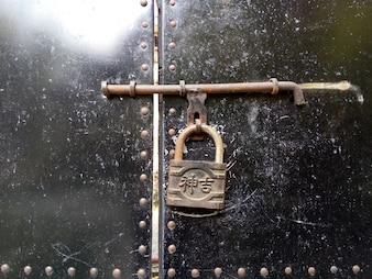 Close-up da porta com um cadeado