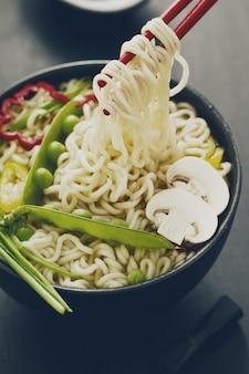Close up de deliciosa sopa de macarrão asiático apetitoso com legumes. Fechar-se.