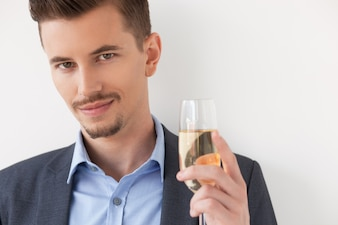 Close up de Descontraído jovem segurando um copo de vinho
