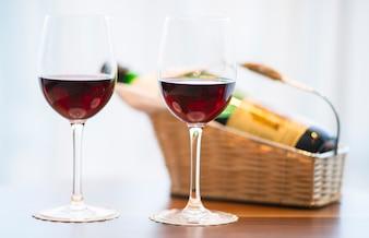 Close-up de dois copos com vinho tinto