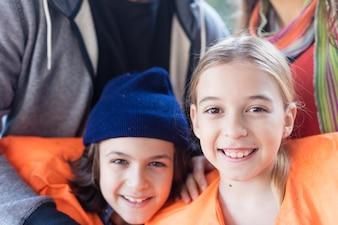 Close-up de irmãos felizes com coletes salva-vidas