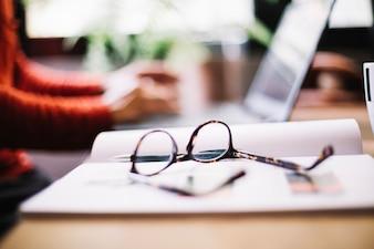 Close-up de óculos na área de trabalho