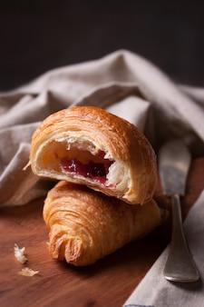 Close-up de saborosa croissant com geléia