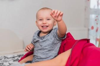 Close-up de uma criança alegre