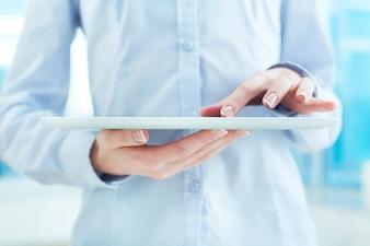 Close-up de uma mulher usa a tabuleta digital