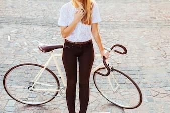Close-up do adolescente loira com bicicleta