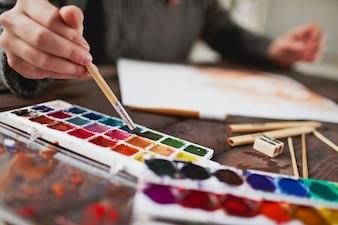 Close-up do artista segurando um pincel