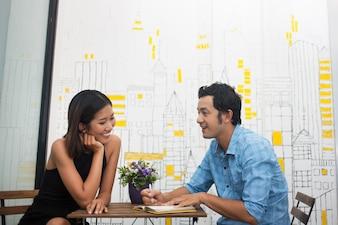 Close up do casal sorridente Sentado no café