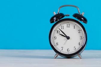 Close-up do despertador com fundo azul
