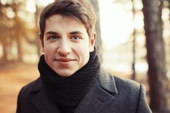 Close-up do homem com cabelo curto e sorriso grande