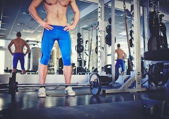 Close-up do homem forte no ginásio