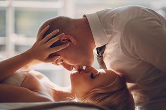 Close-up do noivo apaixonado beijo de sua esposa