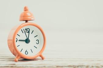 Close-up do relógio decorativo laranja