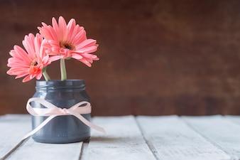Close-up do vaso com flores e fita