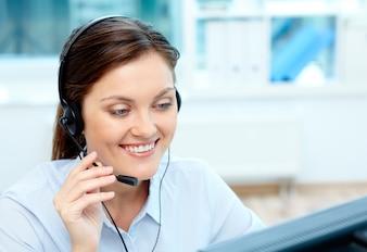 Close-up, executiva, falando com clientes