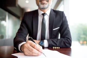 Close-up, homem negócios, fazer, papelada