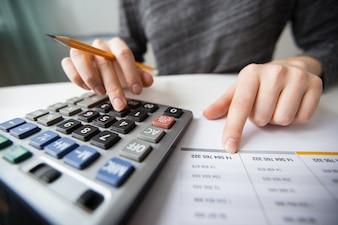 Closeup, contador, mãos, contagem, calculadora