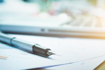 Closeup da caneta e do fundo em borrão.