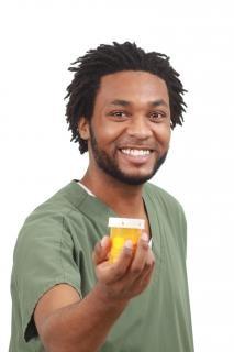 Closeup de uma enfermeira com a medicina, do sexo masculino