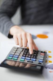 Closeup, mão, empurrar, botão, calculadora