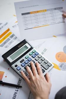 Closeup, marketing, perito, mão, usando, calculadora