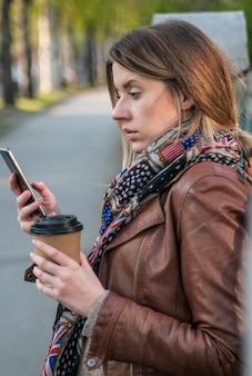 Closeup portrait, headshot chateado triste, céptico, infeliz, mulher séria falando no fundo isolado do telefone celular. Emoções negativas do ser humano, expressão facial, sentimentos, reações da vida. Más notícias