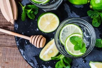 Cocktail de Mojito em uma broca em uma tabela rústica, foco seletivo