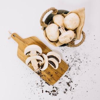 Cogumelos a bordo e em cesta