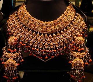 colar de ouro com pedras, gemas