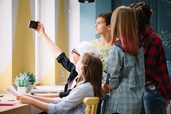 Colegas de classe usando selfie