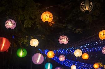 Colorido lanternas à noite