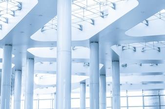 Colunas com tensores no telhado