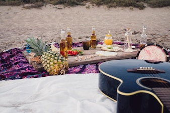 Comida, bebidas e guitarra na praia