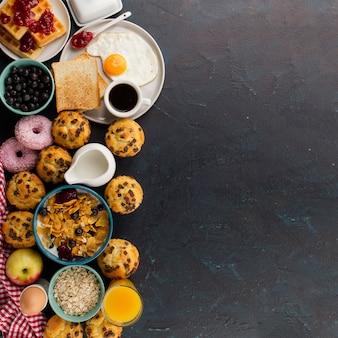 Comida para café da manhã no lado esquerdo da mesa