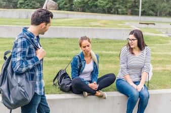 Companheiros estudantes conversando lá fora