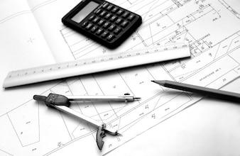 Compasso, régua e lápis acima de um plano