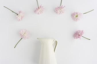 Composição com o vaso e um quadro feito de flores