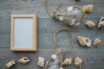 Composição de verão com moldura, lâmpadas e conchas