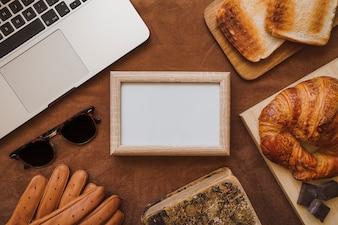 Composição dia do pai com café da manhã e quadro em branco