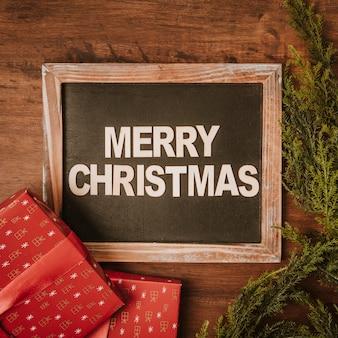 Composição do Natal com ardósia e presentes