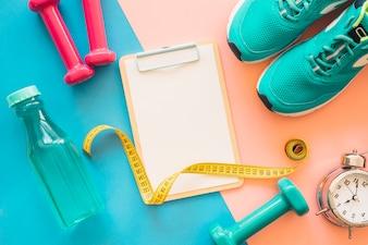 Composição do treino com prancheta e ferramentas de fitness
