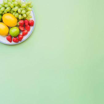 Composição do verão com frutas apetitosas e espaço para mensagens