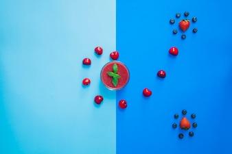 Composição engraçada de frutos vermelhos
