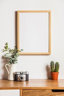 Composição floral com quadro e câmera