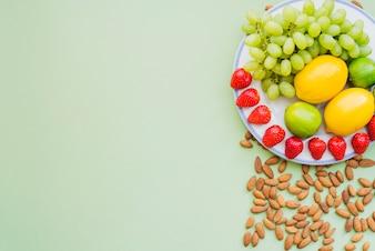 Composição saudável com deliciosas frutas e amêndoas